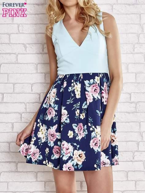 Turkusowa sukienka z kwiatowym dołem i z suwakiem z tyłu