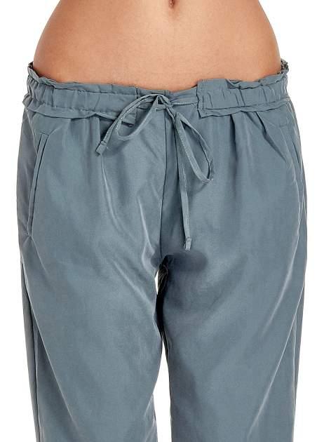 Turkusowe lejące spodnie wiązane w pasie                                  zdj.                                  5