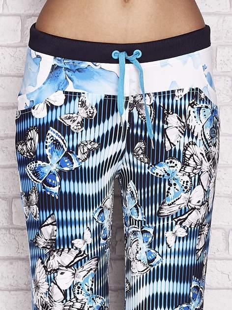 Turkusowe spodnie capri z nadrukiem motyli                                  zdj.                                  4