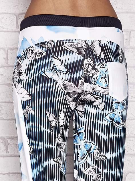 Turkusowe spodnie capri z nadrukiem motyli                                  zdj.                                  6