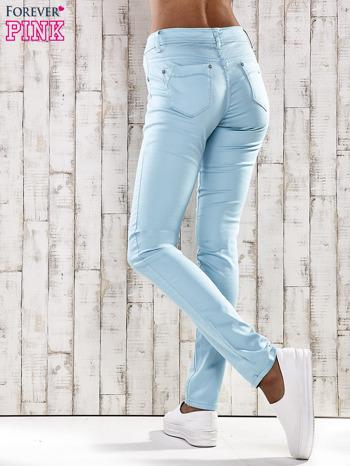 Turkusowe spodnie skinny jeans z ozdobami przy kieszeniach                                  zdj.                                  6
