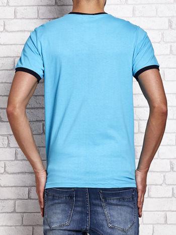 Turkusowy t-shirt męski z aplikacjami i napisami