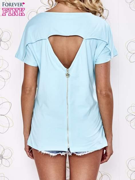 Turkusowy t-shirt z napisem i trójkątnym wycięciem na plecach                                  zdj.                                  4