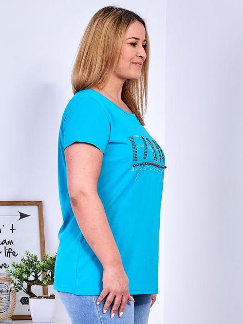 Turkusowy t-shirt z napisem z perełek PLUS SIZE                              zdj.                              3