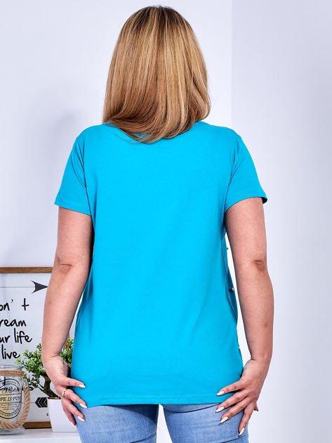 Turkusowy t-shirt z perełkami PLUS SIZE                              zdj.                              2
