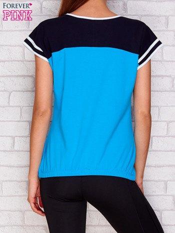 Turkusowy t-shirt z tekstowym nadrukiem                               zdj.                              2