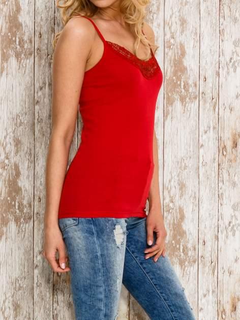 VERO MODA Czerwony top damski z koronkowym dekoltem                                  zdj.                                  3