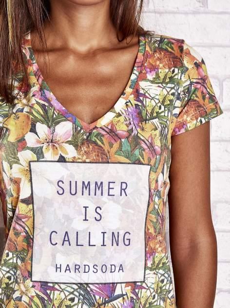 Wzorzysty t-shirt floral z napisem SUMMER IS CALLING                                  zdj.                                  5