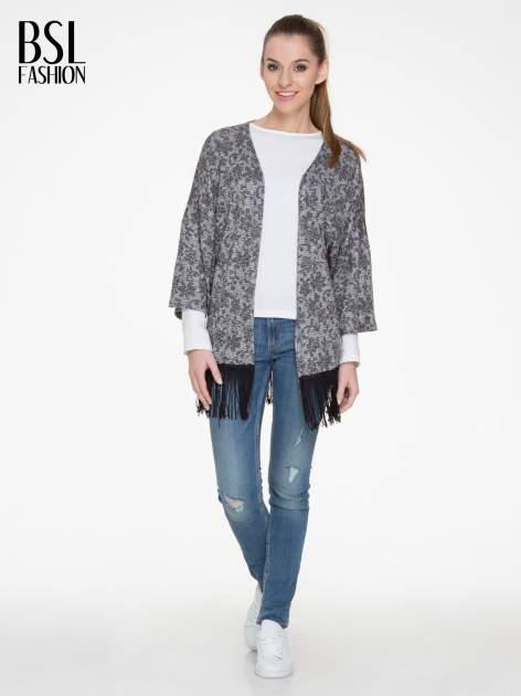 Żakardowy otwarty sweter narzutka o kroju kimona z frędzlami                                  zdj.                                  2