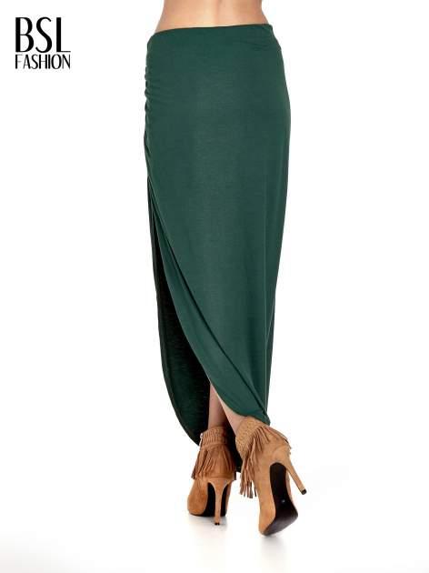Zielona asymetryczna spódnica maxi z drapowaniem i rozporkiem z boku                                  zdj.                                  4