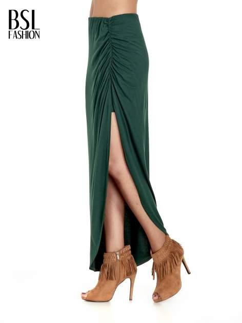 Zielona asymetryczna spódnica maxi z drapowaniem i rozporkiem z boku                                  zdj.                                  9