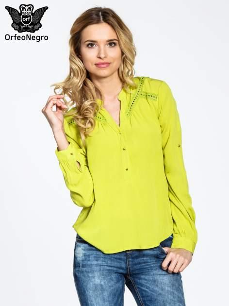 Zielona koszula z ażurowaniem na górze
