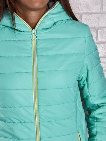 Zielona ocieplana kurtka z kontrastowym wykończeniem kaptura                                  zdj.                                  7