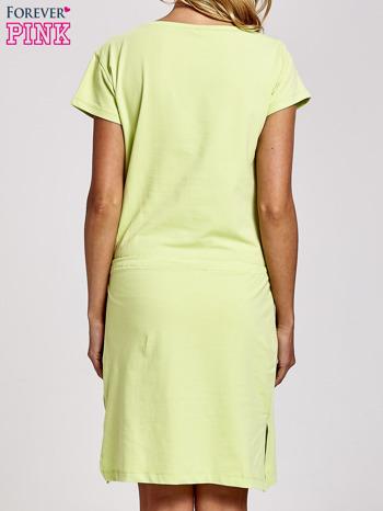 Zielona sukienka dresowa wiązana w pasie z aplikacją z dżetów                                  zdj.                                  4