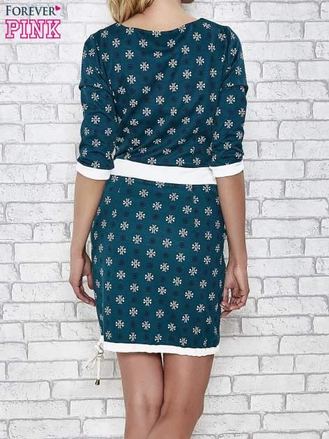 Zielona sukienka we wzory z podkreśloną talią                                  zdj.                                  4