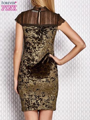 Zielona welurowa sukienka z ażurowym dekoltem