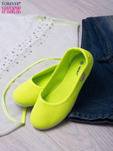 Zielone gładkie materiałowe baleriny Mellow na białej podeszwie