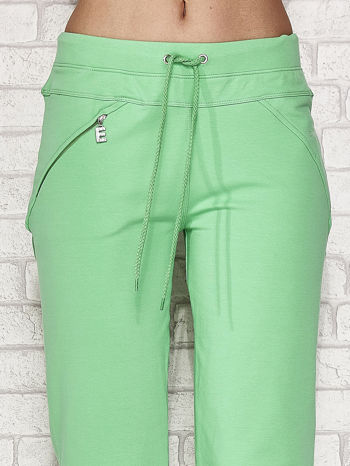 Zielone spodnie dresowe capri z kieszonką                                  zdj.                                  4