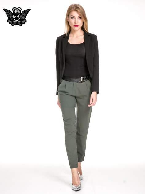 Zielone spodnie materiałowe ze skórzanym pasem                                  zdj.                                  2