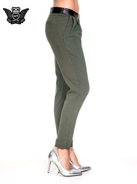 Zielone spodnie materiałowe ze skórzanym pasem                                  zdj.                                  3