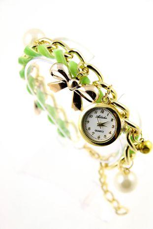 Zielono- złoty zegarek damski na złotej bransolecie.
