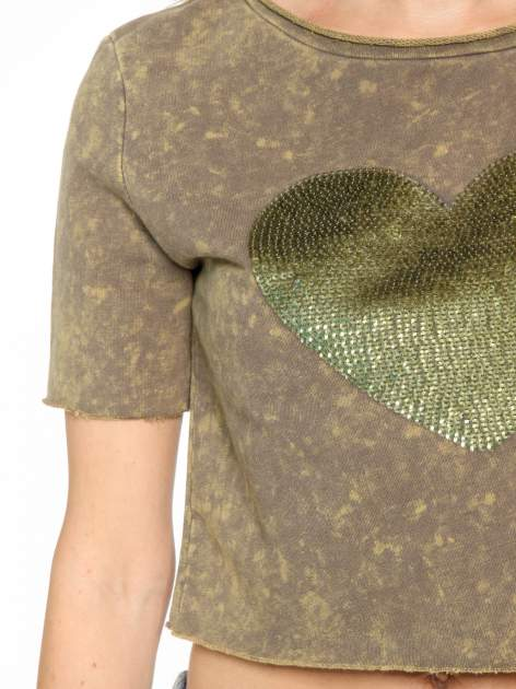 Zielony t-shirt cropped z cekinowym sercem                                  zdj.                                  6