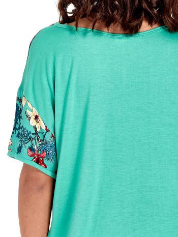 Zielony t-shirt we wzór roślinny                                  zdj.                                  6