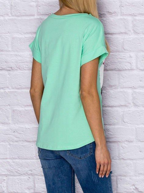 Zielony t-shirt z malarskim nadrukiem                              zdj.                              2