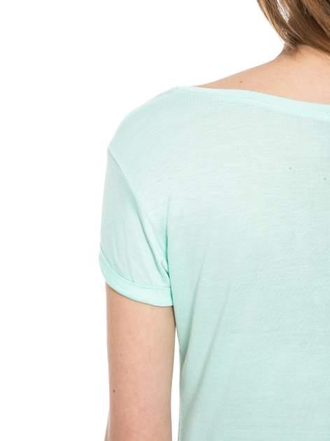 Zielony t-shirt z nadrukiem kota i myszy                                  zdj.                                  10