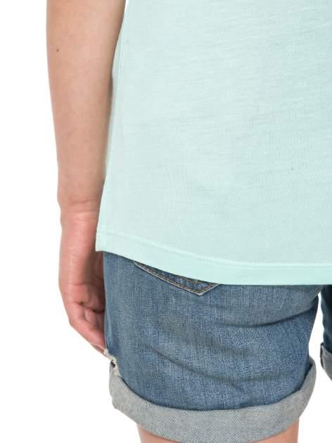 Zielony t-shirt z nadrukiem kota i myszy                                  zdj.                                  11