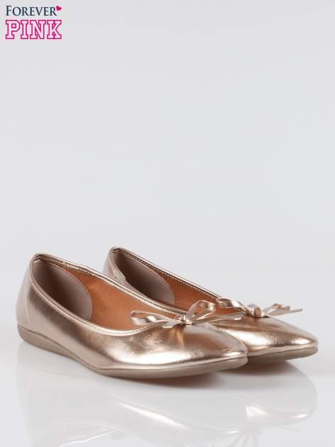Złote baleriny faux leather z kokardką na niskim koturnie                                  zdj.                                  2