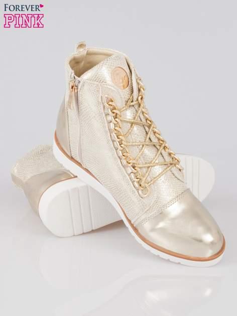 Złote metaliczne sneakersy z łańcuchami                                  zdj.                                  4