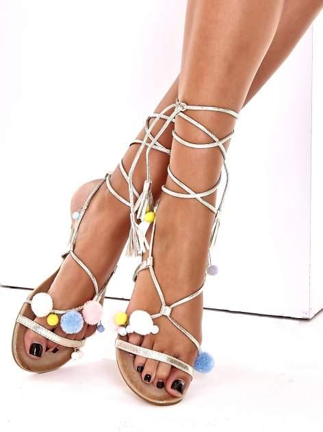 Złote sandały damskie gladiatorki z pomponami                                  zdj.                                  3
