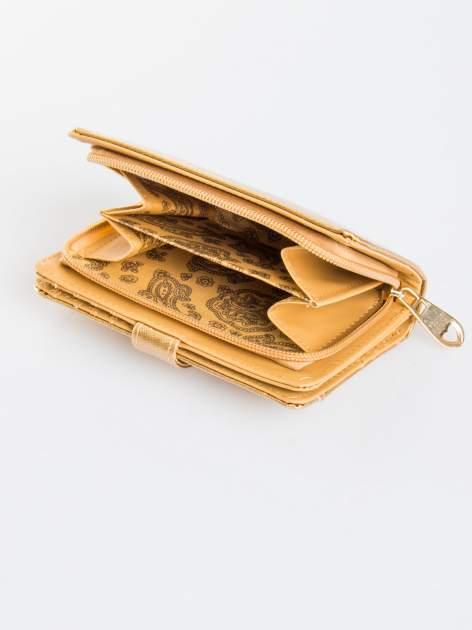 Złoty porfel z dżetami efekt skóry saffiano                                  zdj.                                  4