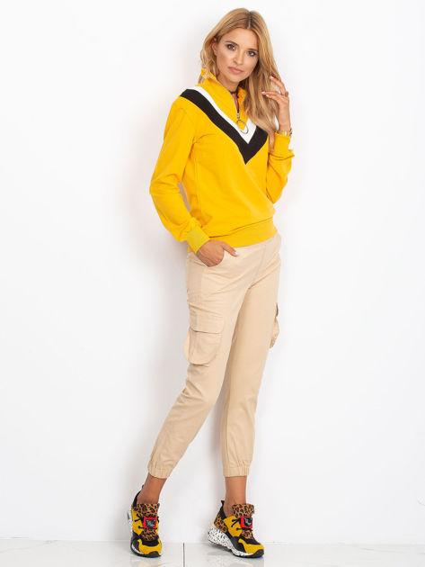 Żółta bluza dresowa z trójkątną aplikacją                              zdj.                              2
