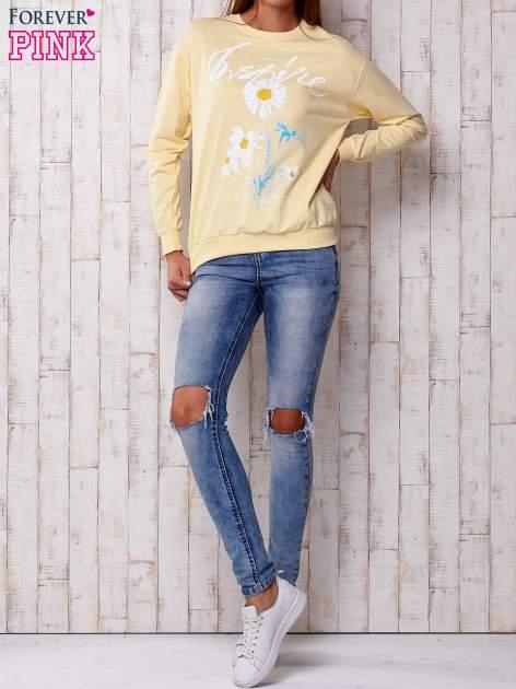 Żółta bluza z nadrukiem kwiatowym i napisem                                  zdj.                                  4