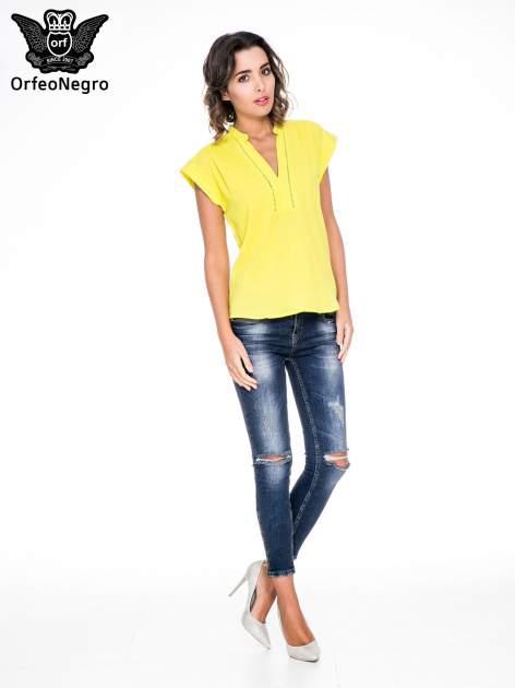 Żółta bluzka koszulowa z ażurowaniem wzdłuż dekoltu                                  zdj.                                  2