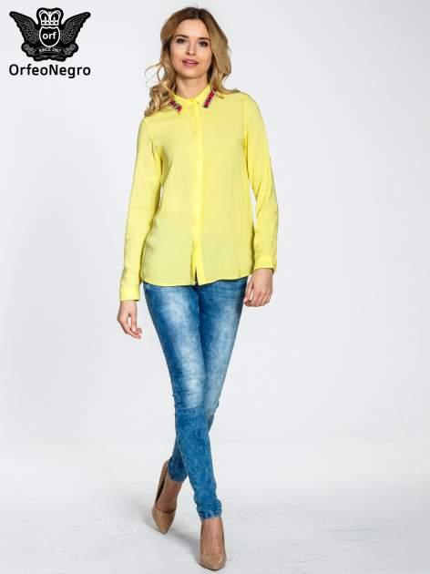 Żółta bluzka koszulowa z biżuteryjnym kołnierzykiem                                  zdj.                                  2