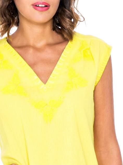 Żółta bluzka koszulowa z haftowanym dekoltem V-neck                                  zdj.                                  4