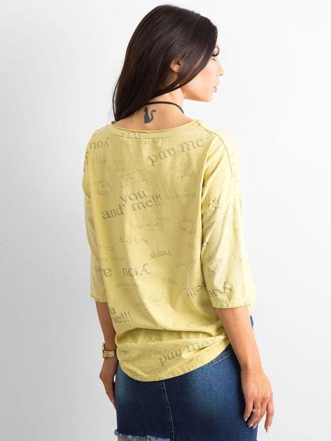 Żółta bluzka z napisami                              zdj.                              2