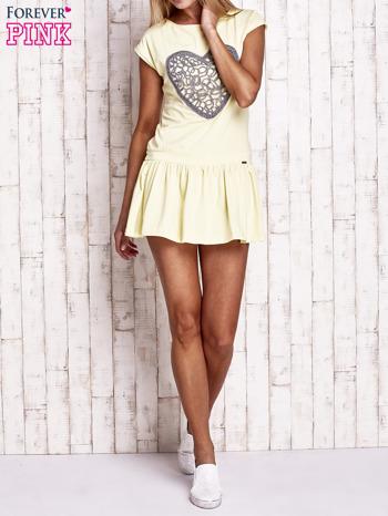 Żółta dresowa sukienka tenisowa z aplikacją serca                                  zdj.                                  4