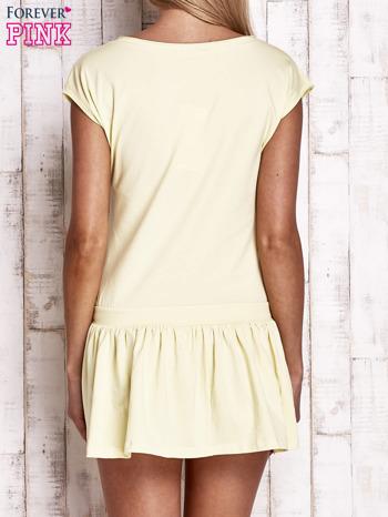 Żółta dresowa sukienka tenisowa z aplikacją serca                                  zdj.                                  2