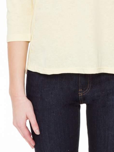 Żółta gładka bluzka z ozdobnymi przeszyciami                                  zdj.                                  6