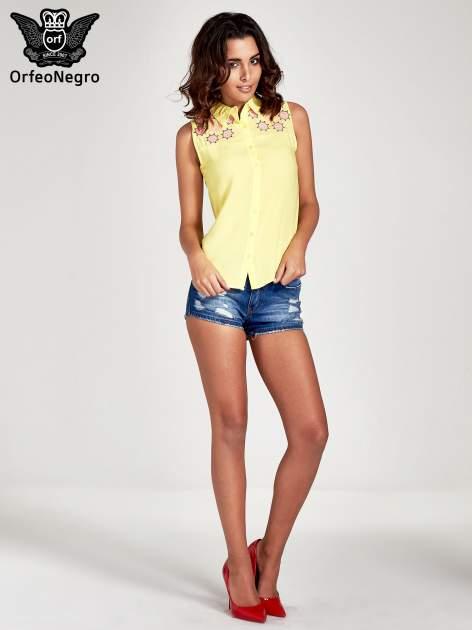 Żółta koszula bez rękawów z kolorowym haftem na górze                                  zdj.                                  2