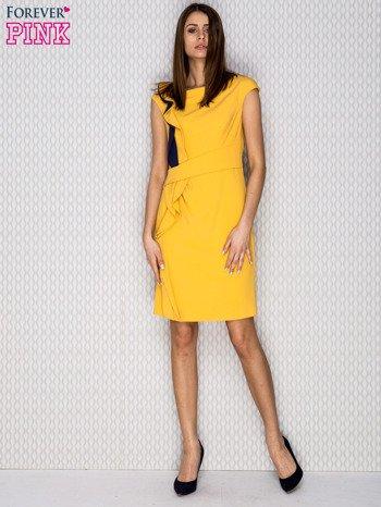 Żółta sukienka koktajlowa z falbaną                              zdj.                              4