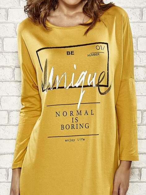 Żółta sukienka ze złotym napisem UNIQUE                                  zdj.                                  5