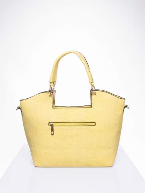 Żółta torebka miejska z ozdobną przypinką                                  zdj.                                  3