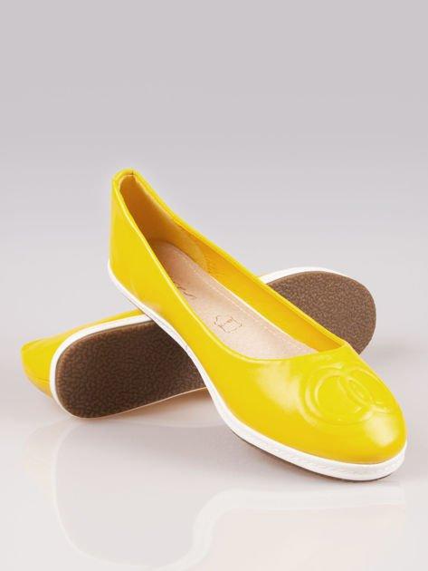 Żółte baleriny ze smukłym noskiem na kontrastowej podeszwie