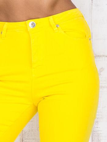 Żółte jeansowe spodnie z dziurami i kieszeniami                                  zdj.                                  4