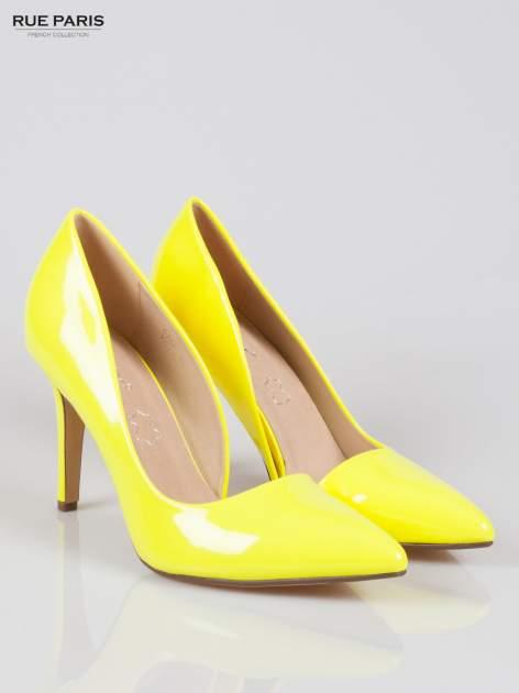Żółte lakierowane szpilki z wyciętym bokiem                                  zdj.                                  2